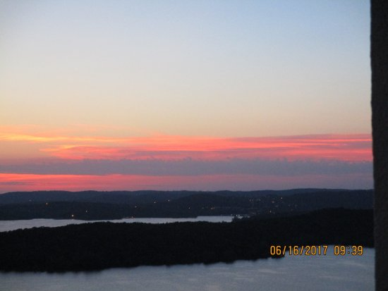 Chateau on the Lake Resort & Spa: beautiful sunset from our 8th floor balcony
