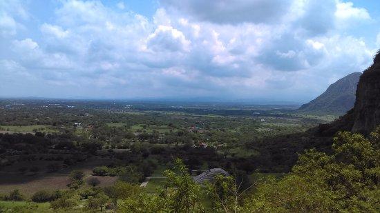 Morelos, Meksyk: La vista del valle desde el cerro es impresionante !! En dias despejados se ve el Popocatepetl a