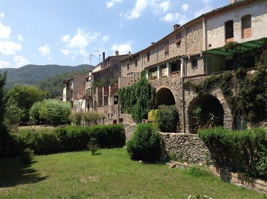 Sant Llorenc de la Muga, Espanha: Ein toller Spaziergang durch dieses mittelalterliche Städtchen! Tolle restaurierte Häuser, Ruhe