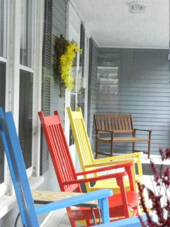Brewster House Bed & Breakfast: Cheery Front porch