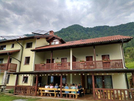 Tolmin, Slovenia: comedor exterior dentro poco espacio.