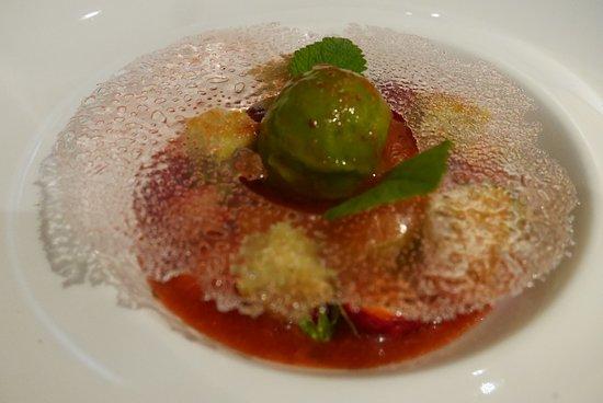Hauteluce, Francia: dessert de fraises avec glace aux plantes sauvages ( livèche)