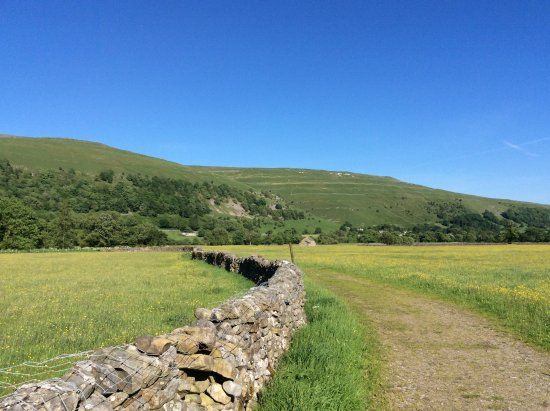 The George Inn : Path to Buckden - look at that blue sky!!