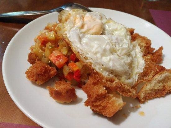 Telde, สเปน: Pisto de verduras de La Aldea con queso Majorero, huevo frito y picatostes