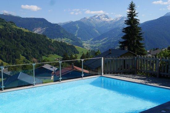Hauteluce, France: vu de la piscine et du jacuzzi