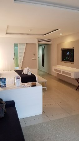 Grand Sirenis Riviera Maya Resort & Spa: View from LR towards front door, bathtub covered by sliding door