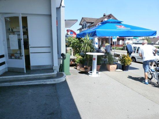 Rueschlikon, Ελβετία: Sidewalk seating