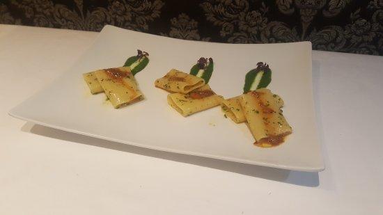 Restaurant Unico : Paccheri di Gragnano all aglio,olio e peperoncino,pesto di spinacino e mandorle,crudité di Ricci