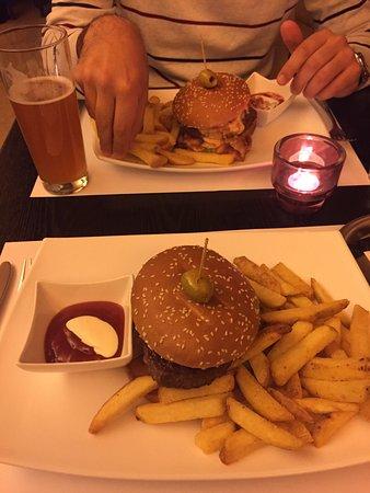 Forum: hamburger, fries and beer
