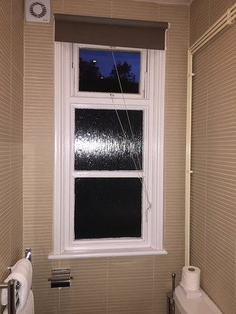 Rednal, UK: Same style of antiquated windows in the bathroom