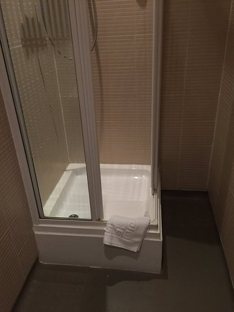 Rednal, UK: Insanely high shower tray