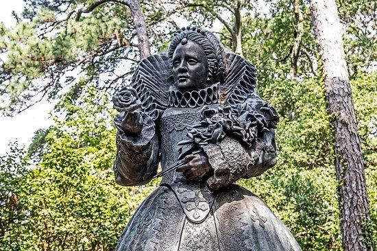Manteo, NC: Queen Elizabeth Statue