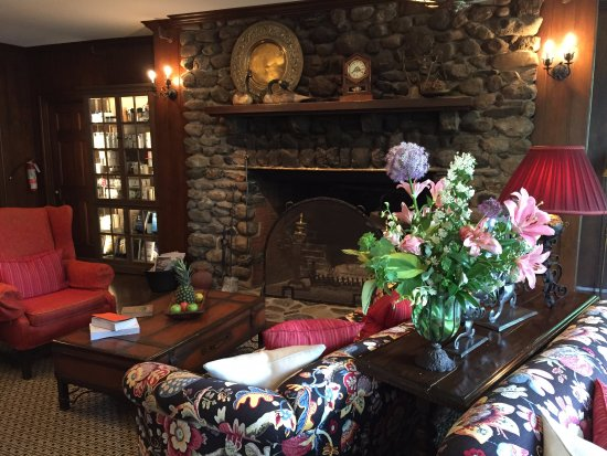 North Hatley, Kanada: Order tea and scones in the library, one afternoon