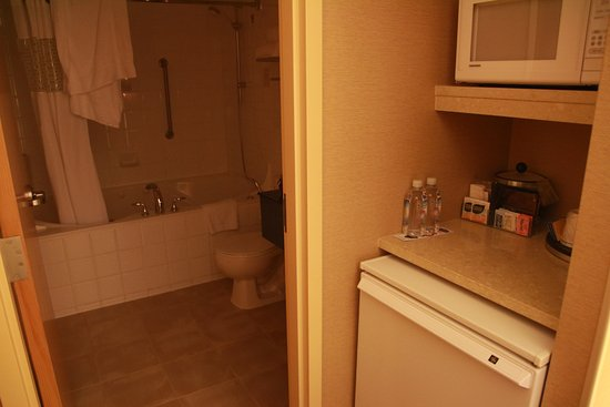 Hampton Inn & Suites Downtown Vancouver : Refrigerator, microwave oven, and bathroom