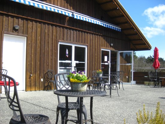 Coombs, Canadá: Outdoor patio in spring.