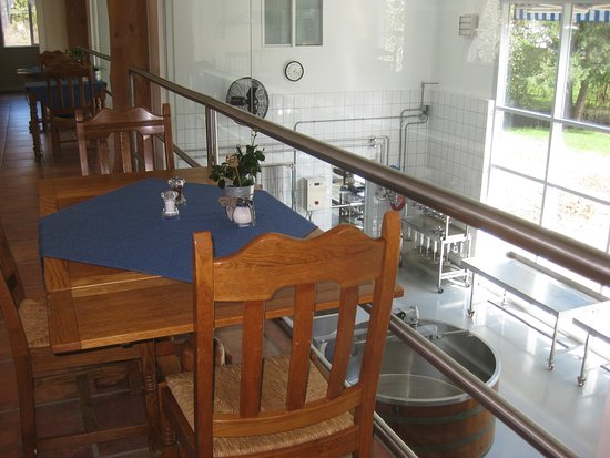 Coombs, Canadá: Dining area overlooking cheesemaking.