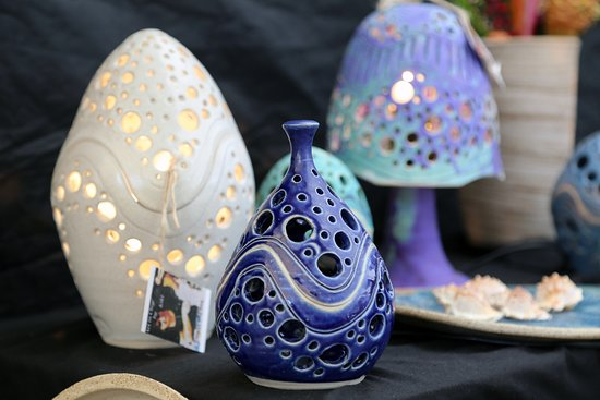 Eumundi, Australia: The contemporary homeware range by Art in Clay by Kiki is a must see on market days.