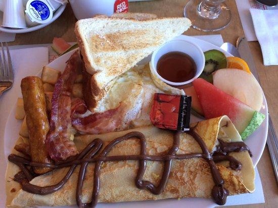 Hotel - Motel Le Beluga : Yummy breakfast my friend purchased.