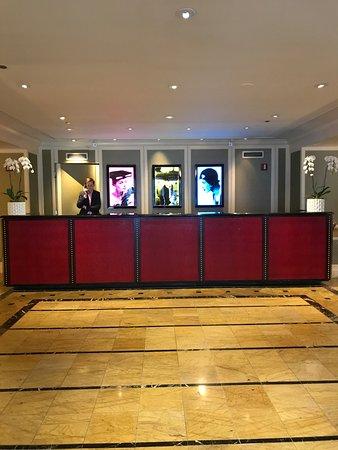 Kimpton Hotel Monaco Chicago: Front desk