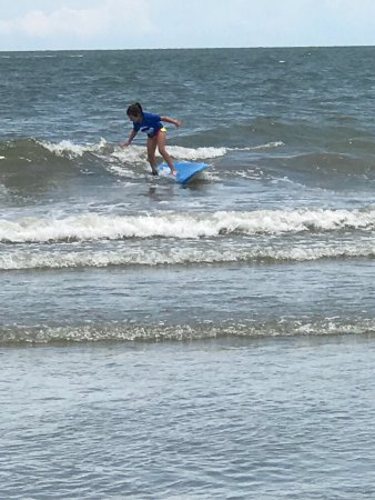 Folly Beach, Carolina del Sur: Amazing that the surf staff could get all these kiddos up their very first lesson!!!