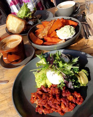 Hahndorf, Αυστραλία: green breaky with poached eggs and housemade beans, sweet potato wedges, spinach dip, jim bob de