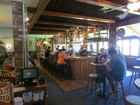 Arnold, CA: Bar and eating area