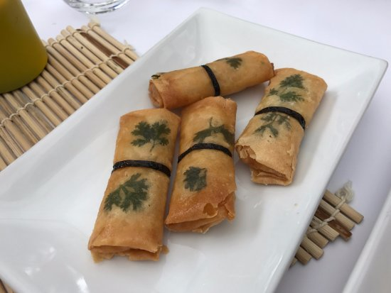 Mittagong, Australien: Prawn and Coriander Spring Rolls were delicious and looked pretty too