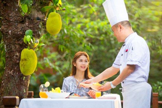 Baoting County, China: 菠萝蜜树下的早餐