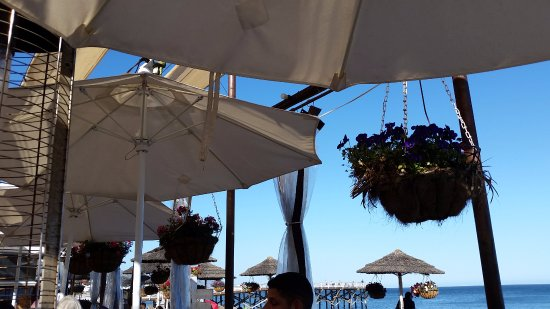 Paradise Cove Beach Cafe: outside dining