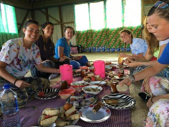 Suva, Figi: University group from US visits village!