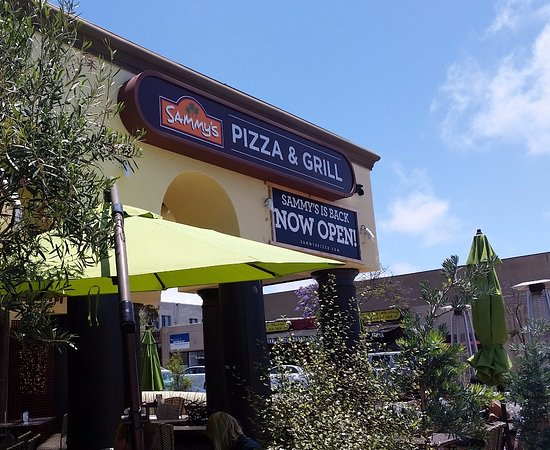 Sammy's Woodfired Pizza & Grill: Outside