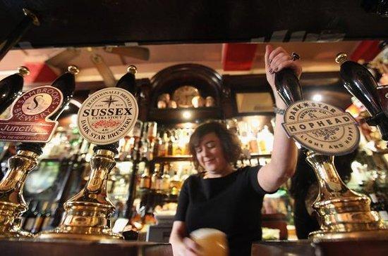 Excursión en un pequeño pub histórico y en la cueva del vino de...