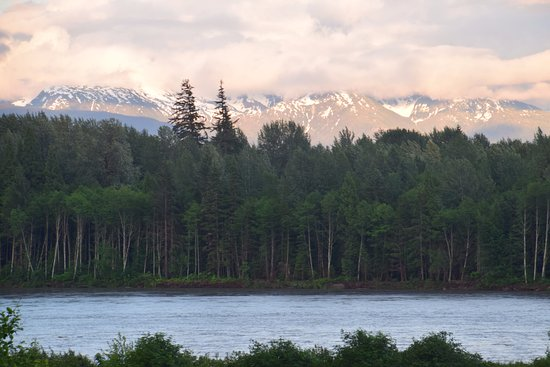 Terrace, Kanada: View from the balcony of the Skeena River and snow-capped mountains at twilight