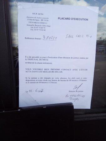 """Jouy-aux-Arches, ฝรั่งเศส: Document scotché sur la porte du restaurant """"Chez Mio"""""""