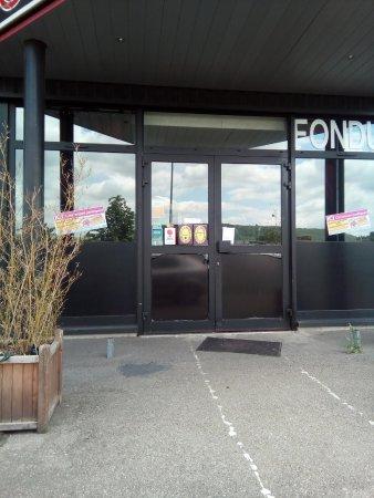 """Jouy-aux-Arches, France: Porte du restaurant """"Chez Mio"""" avec le document scotché"""