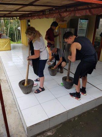 Ketut's Bali Cooking Class: Boemboe maken in de vijzel