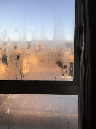 Bay Plaza Hotel: Condensation on the inside.