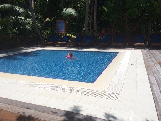 Vilamendhoo Island Resort & Spa: детский бассейн и детская площадка за ним.