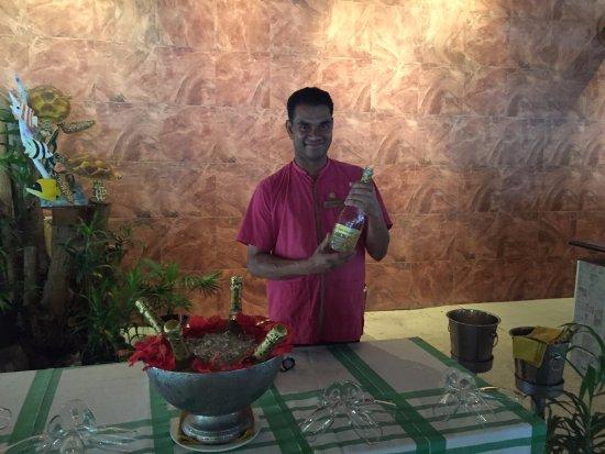 Vilamendhoo Island Resort & Spa: Основной ресторан завтрак по воскресеньям начинается с ....))