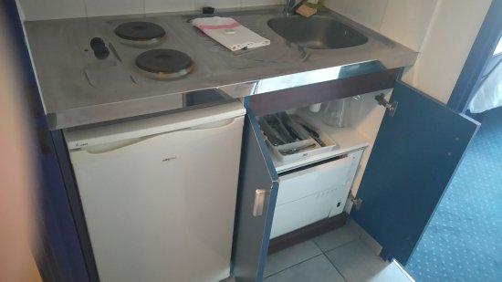 kitchenette compl te avec frigo lave vaisselle four cafeti re photo de cerise carcassonne nord. Black Bedroom Furniture Sets. Home Design Ideas