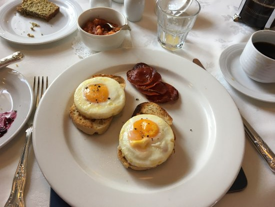 Viewmount House: Breakfast of eggs, chorizo and beans And Longford golf course behind VH