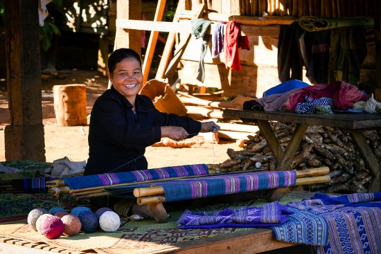 Salavan Province, لاوس: Katu backstrap weaving in Ban Houay Houn