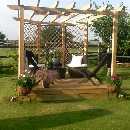 Bloodstock Barn Bed and Breakfast: Beautiful gardens and sitting out area next to a field with horses in.