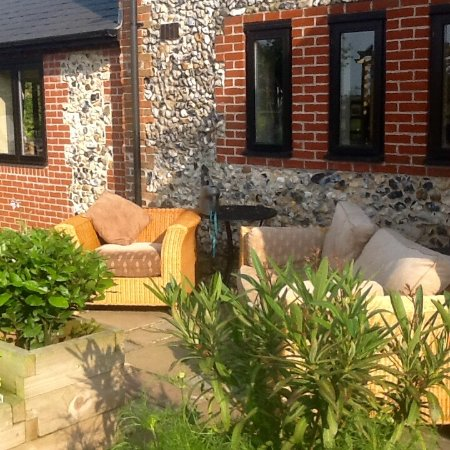 Bloodstock Barn Bed and Breakfast: Yet another garden sitting out area!