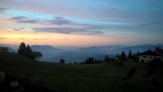 Vason, Italie : View of the hotel yard - sun set