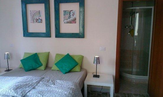 Terontola, Italien: Ruime sfeervolle kamer met badkamer