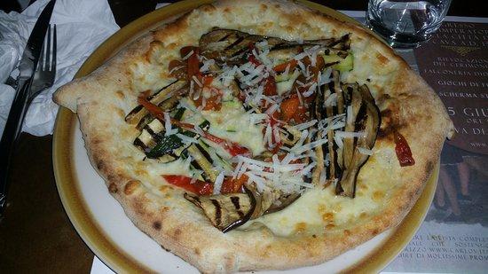 pizza ortolana, stesa male, poco condimento