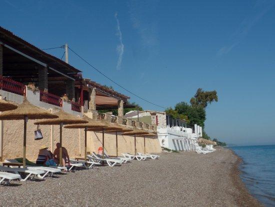 Castella Beach: la spiaggia antistante l'hotel e la veranda del ristorante