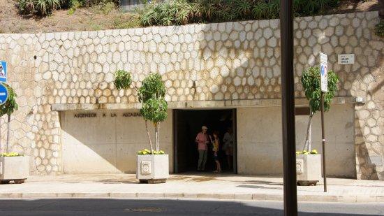Alcazaba (fort) : Так выглядит вход в лифт