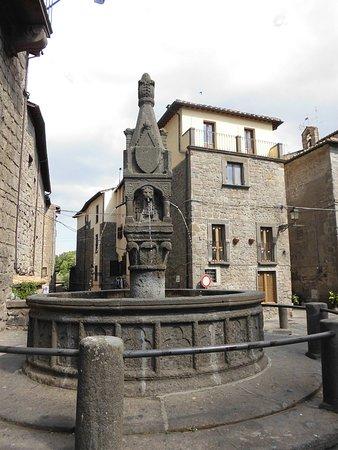 Vitorchiano, Italia: fontana sulla piazza